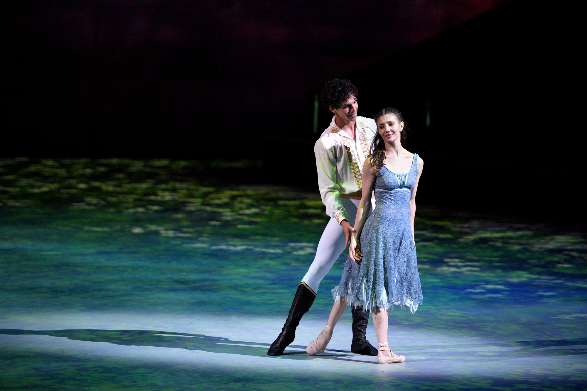Alina-Cojocaru-and-Isaac-Hernandez-in-Cinderella-in-the-round-c-Laurent-Liotardo-7