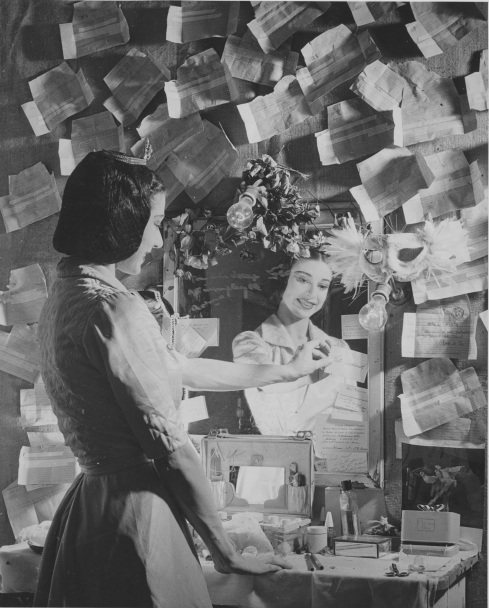 Margot Fonteyn in dressing room Photo Roger Wood.tif